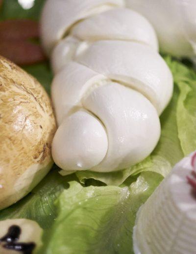 Catering Buffet Matrimonio Sire Ricevimenti Mozzarella di bufala DOP mozzata a vista durante un matrimonio in Campania, Napoli