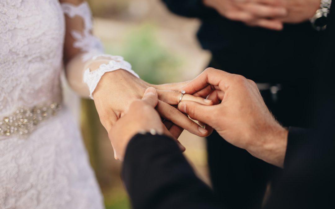 Matrimonio simbolico: il rito della sabbia, delle candele e della rosa